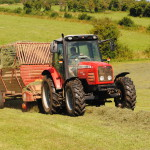 Un tracteur lors de la fenaison d'une prairie