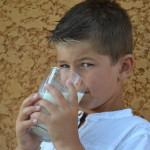 Un enfant buvant un verre de lait