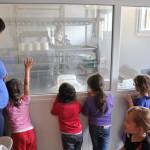 eleveuse et enfants fabrication des fromages