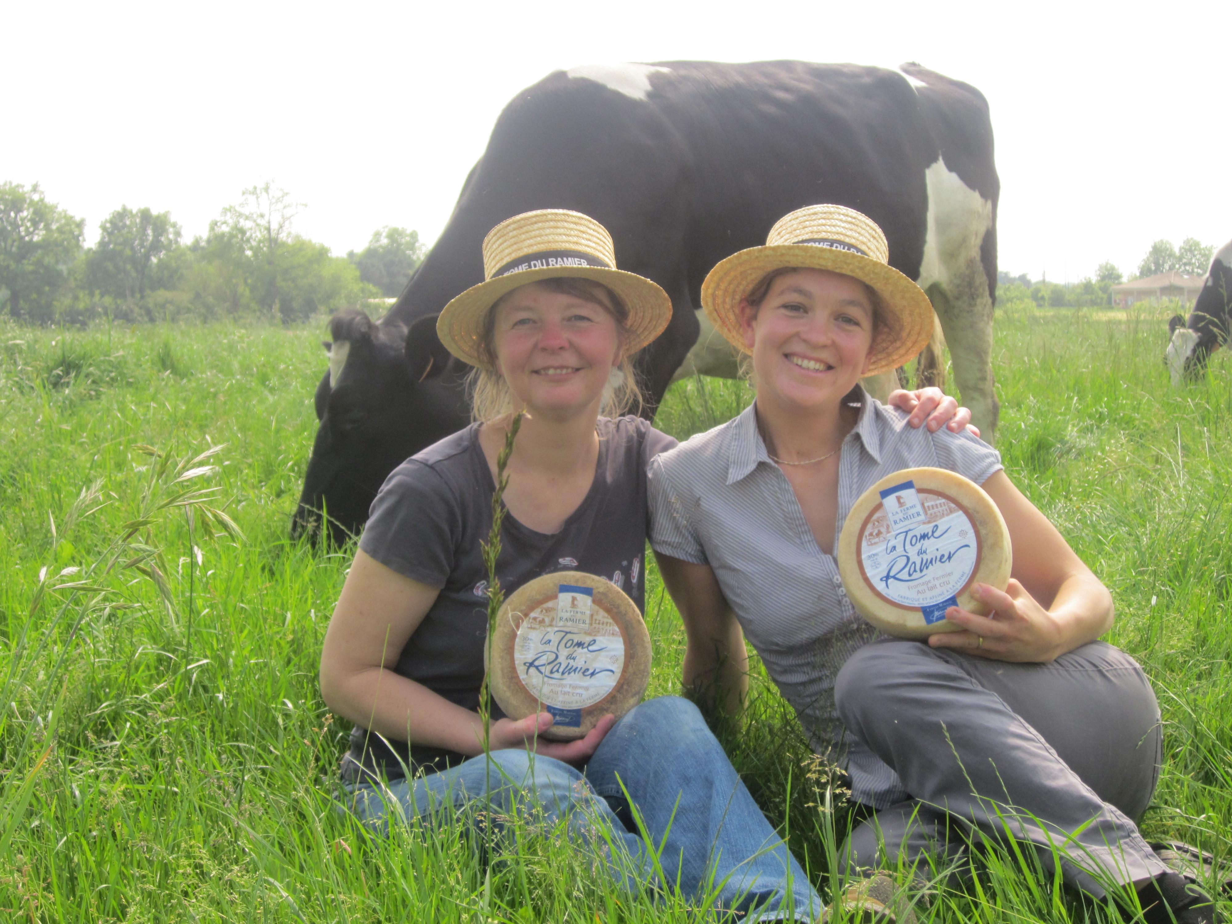 Deux eleveuses dans champs avec fromages
