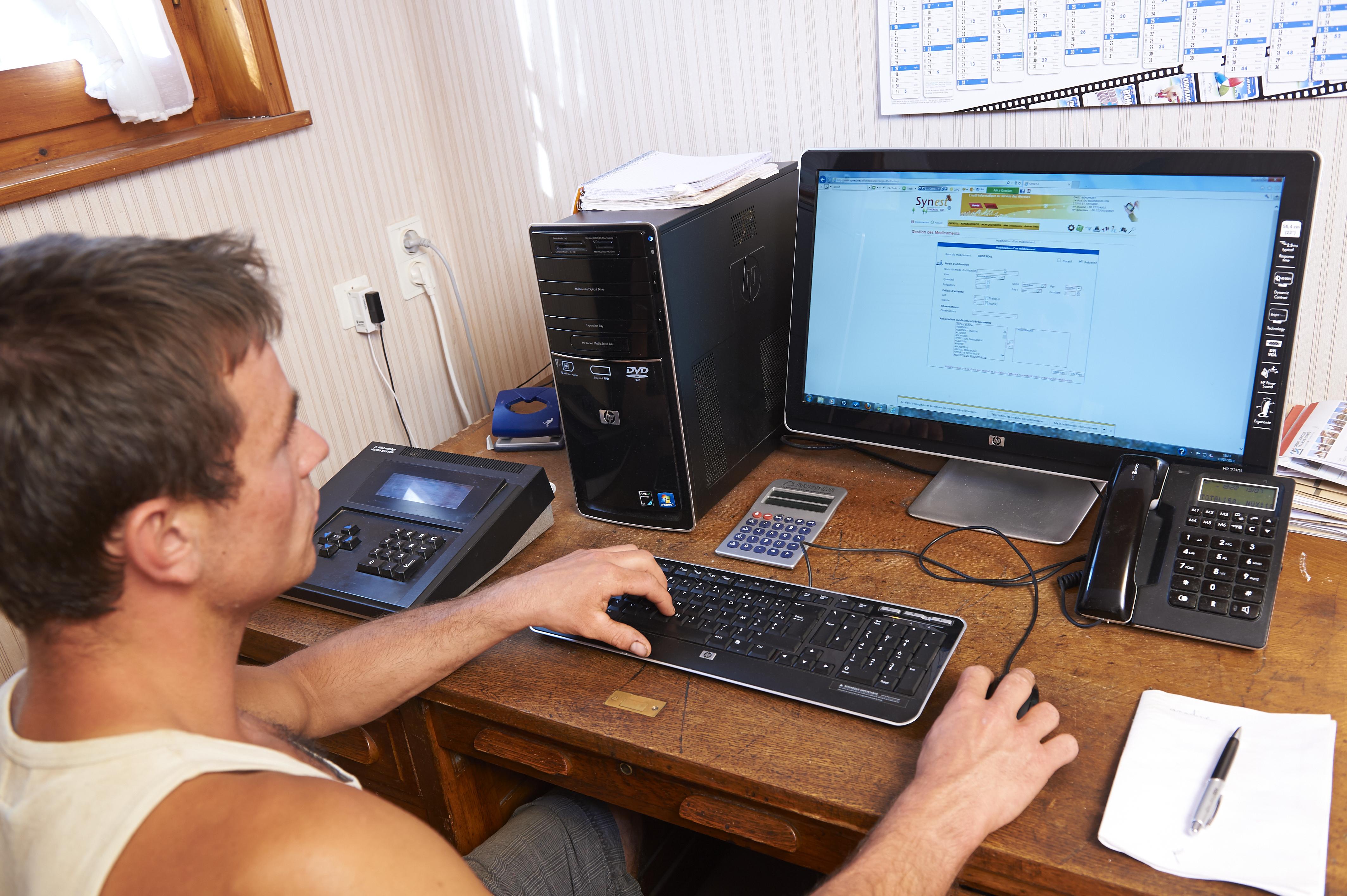 Jeune homme devant son ordinateur