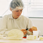 Femme analysant des fromages