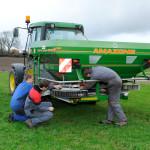 Jeunes et matériel agricole tracteur