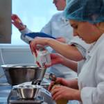 jeunes femmes Laboratoire test crème balances