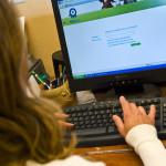 Femme ordinateur mains données informatiques