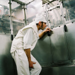 Homme devant cuve usine