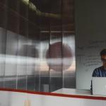 entrepreneur homme ordinateur salle