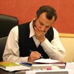 homme bureau stylo papier travail