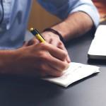 ordinateur mains papier stylo