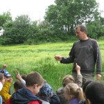Eleveur enfants prairie visite