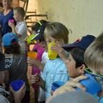 Enfants buvant du lait dans ferme pédagogique