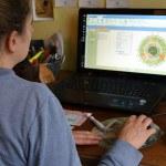 Femme devant ordinateur pour gestion troupeau