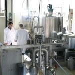 Deux hommes dans usine