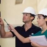 Homme et femme avec casque sécurité