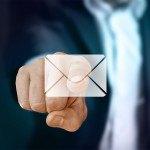 Index d'homme qui pointe sur enveloppe message