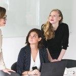3 femmes devant ordinateur en réunion