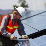 Homme réglant des panneaux photovoltaïques, travailleur, construction