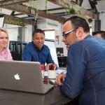 4 personnes autour d'une table, réunion, ordinateur, projet