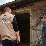 Conseiller élevage qui arrive à la ferme