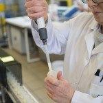 Laboratoire, échantillon de lait, pipette, technicienne