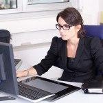secretaire jeune femme au bureau