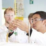 Trois lycéens faisant expérience en laboratoire, pipette, éprouvette