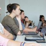 Salle de classe d'étudiants avec ordinateurs portables