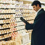 Merchandiseur, supermarché, rayon fromages