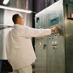 Technicien devant armoire électrique