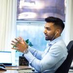 Jeune homme devant ordinateur, business, téléphone, manager