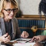 Deux femmes en entretien, bureau, collègues, travail