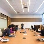 salle de conference, réunion, groupe de personnes, tableau, ordinateur
