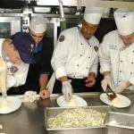 4 cuisiniers préparant une recette, crème
