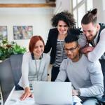 4 jeunes autour d'un ordinateur, réunion, bureau