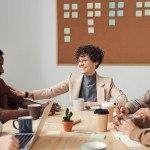 réunion de travail, formatrice et jeunes autour d'une table