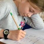 Fillette qui fait ses devoirs sur son cahier, mathématique, école