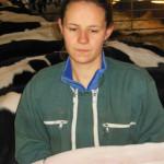 Jeune femme qui mesure une vache, mètre, stabulation, Prim'Holstein