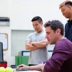 Trois jeunes ingénieurs devant ordinateur, études, analyse