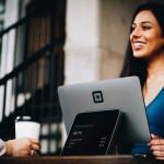 Femme, ordinateur, tablette, sourire